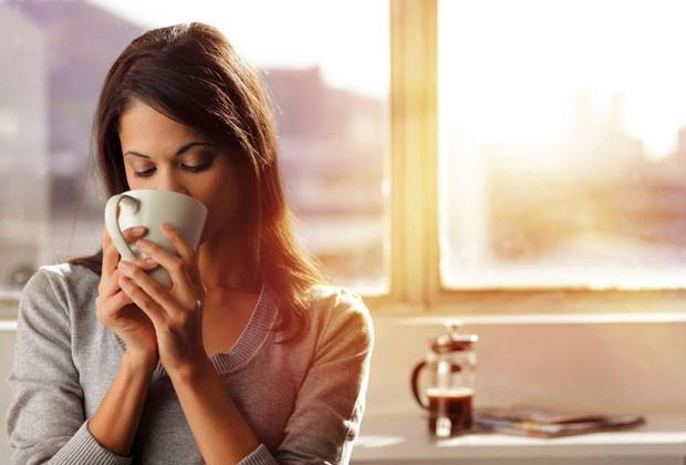 MODERE NA QUANTIDADE DE CAFÉ, POIS A BEBIDA PODE DEIXÁ-LA MAL HUMORADA E ATRAPALHAR SUAS NOITES DE SONO (Foto: Thinkstock)