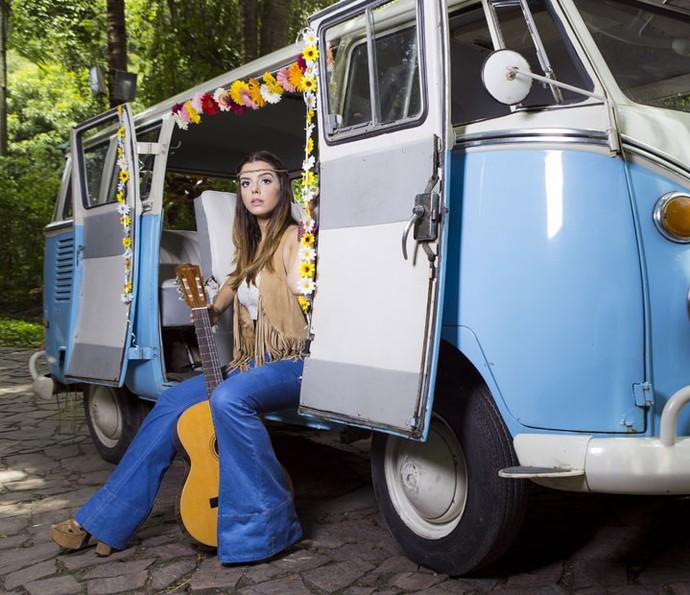 Giovanna faz uma viagem aos anos 60 e assume visual hippie (Foto: Ellen Soares/ Gshow)