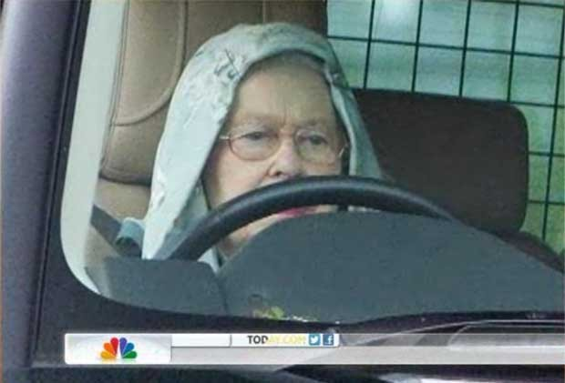 Rainha Elizabeth II dirige usando um capuz (Foto: Reprodu&#231;&#227;o)