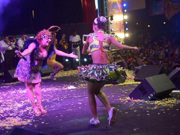 Nena Queiroga reverencia talento de passista no Baile Municipal do Recife (Foto: Luka Santos / G1)