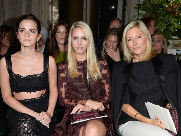 Maria-Olympia da Grécia e Dinamarca entre Emma Watson e a mãe, Marie-Chantal da Grécia, no desfile de couture da Valentino (Foto: Getty)