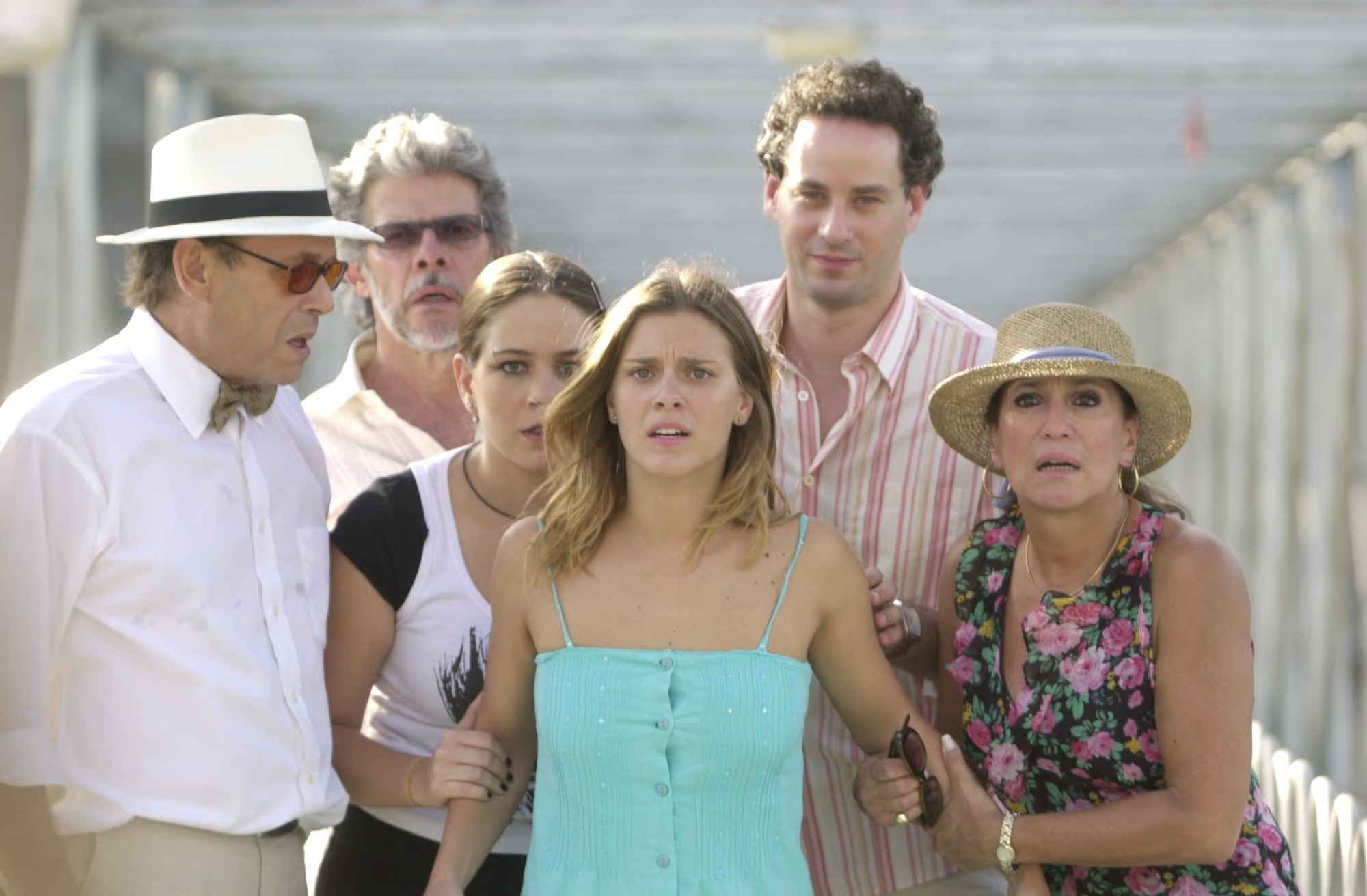 "Carolina Dieckmann com o restante do elenco em cena final de ""Senhora do Destino"" (Foto: TV Globo / Zé Paulo Cardeal)"