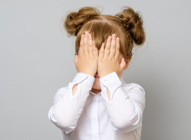 menina  vergonha escondendo o rosto (Foto: thinkstock)