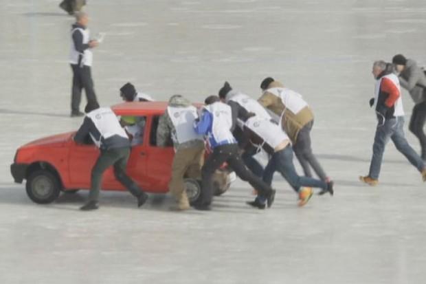 Curling com carros na Rússia (Foto: Reprodução)