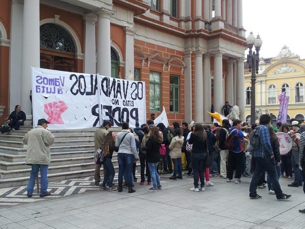 Manifestantes se posicionaram em frente à prefeitura, onde encerraram o protesto desta quinta (Foto: Josmar Leite/RBS TV)