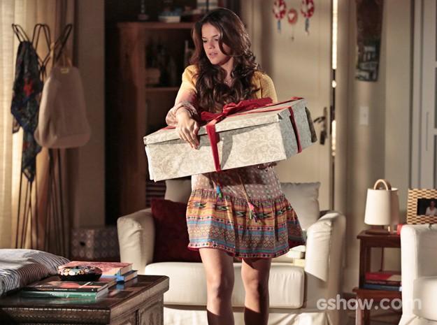 Luiza pega a caixa secreta da mãe Helena (Foto: Felipe Monteiro/ TV Globo)