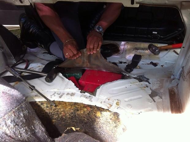 Droga apreendida que estava escondida em pára-choque de veículo (Foto: Polícia Militar Rodoviária )