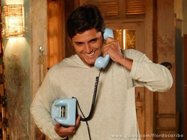 Juliano fica feliz da vida (Foto: Flor do Caribe / TV Globo)