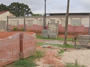 Escola no bairro do Turvo dos Católicos está fechada desde 2014 (Foto: Reprodução/TV TEM)