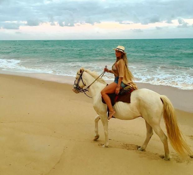 Lívia Andrade anda a cavalo durante viagem à Bahia (Foto: Reprodução/Instagram)