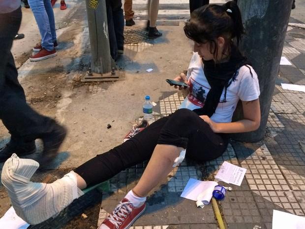 Jovem ferida durante ato contra aumento do transporte em SP (Foto: Glauco Araújo/G1)