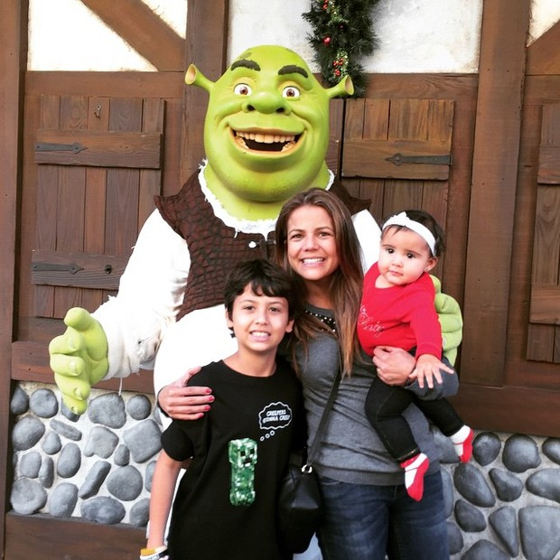 Nívea Stelmann com os filhos, Miguel e Bruna, em parque em Orlando, nos Estados Unidos (Foto: Instagram/ Reprodução)