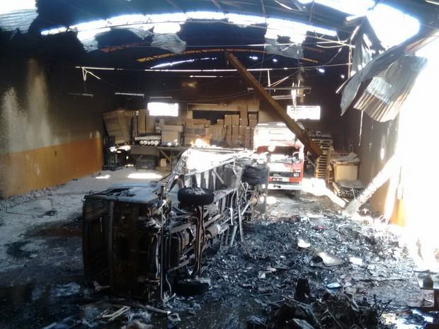 O avião biomotor de fabricação nacional caiu no barracão de uma transportadora e atingiu um caminhão, que explodiu (Foto: Junior Evangelista/RPC)