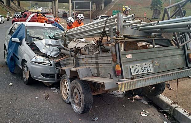 Reboque com canos que se soltou de carro e atingiu motorista em veículo que vinha em sentido contrário (Foto: Corpo de Bombeiros/Divulgação)