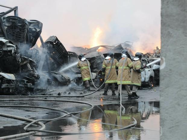 Incêndio de grandes proporções atinge um depósito de automóveis na Rua do Feijão, na Penha, Zona Norte do Rio de Janeiro, na tarde deste sábado (9).  (Foto: Cacau Fernandes/Agência O Dia/ Estadão Conteúdo)