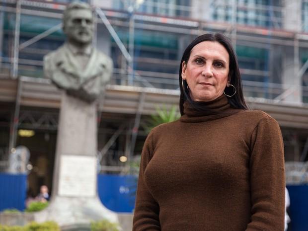 Márcia Rocha posa em frente ao Fórum João Mendes, no Centro de São Paulo  (Foto: Marcelo Brandt/G1)
