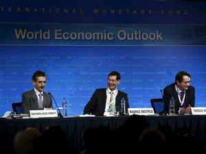 Economistas do FMI apresentam à imprensa o World Economic Outlook. (Foto: Reuters)