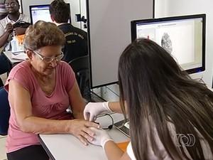 Todos os eleitores, incluindo os idosos, precisam fazer recadastramento biométrico, em Goiás (Foto: Reprodução/TV Anhanguera)