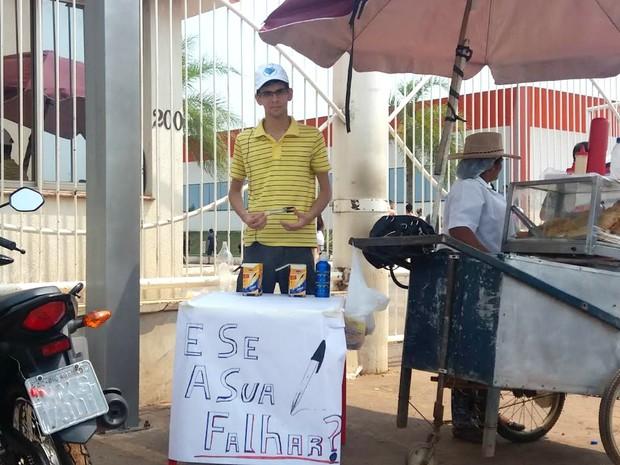 """Yago Leandro, de 18 anos, montou uma barraquinha para vender canetas em frente a um dos locais de provas do Enem, em Rio Branco, capital do Acre. A ideia e a frase criativa vieram do pai. """"Não tava fazendo nada e meu pai deu a ideia de vender canetas"""", co (Foto: Yuri Marcel/G1)"""