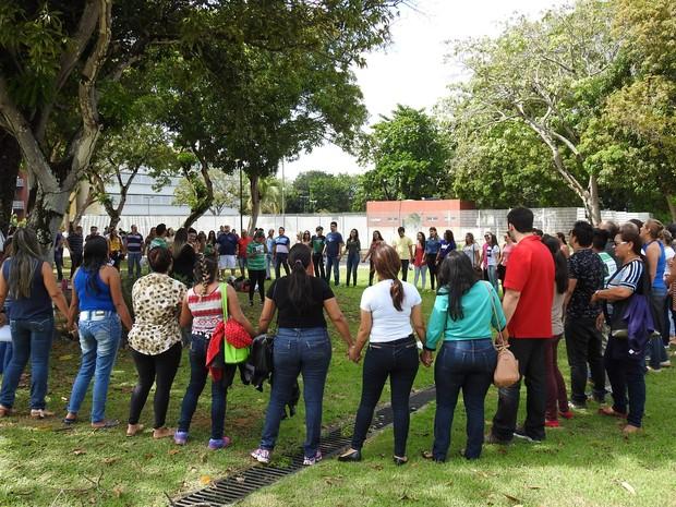 Grupo improvisado se reuniu em frente ao local da prova em Manaus (Foto: Ísis Capistrano/ G1)
