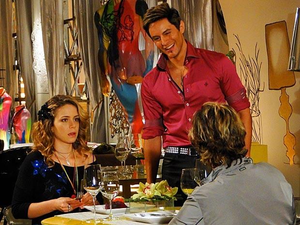 Rosário já fica desconfiada ao encontrar Fabian (Foto: Cheias de Charme / TV Globo)