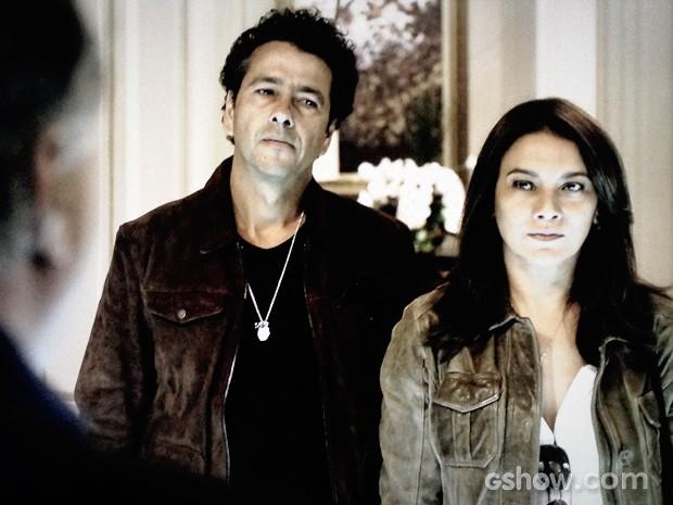 Pedroso se controla ao lado de Rosa (Foto: O Rebu / TV Globo)