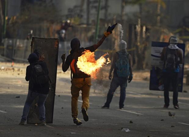 Desde domingo, manifestantes enfrentam tropas que desocupam praça de Caracas (Foto: AFP)