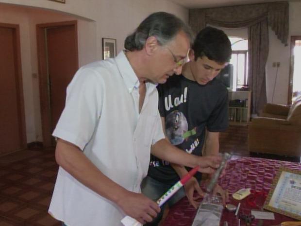 Estudante Vinícius com seu pai, Ismael Rodrigues (Foto: Reprodução/TVTEM)