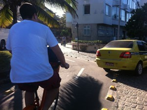 Carros cortam ciclovia para entrar na Rua Francisco Bhering, em Ipanema. (Foto: Mariucha Machado/G1)