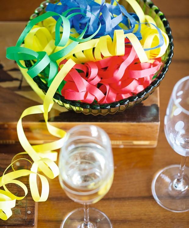 Serpentinas no bowl: décor instantâneo para a festa (Foto: Elisa Correa / Editora Globo)
