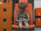 Menino é resgatado sob escombros de prédio após bombardeio na Síria