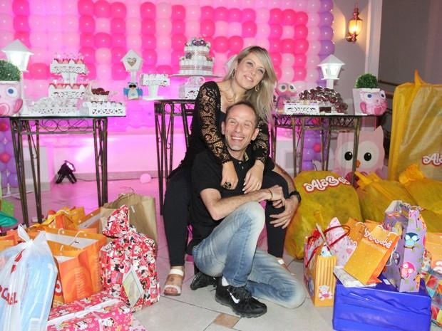 Rafael Ilha com a mulher, Aline Kezh, no chá de bebê de Laura em São Paulo (Foto: Paduardo/ Ag. News)