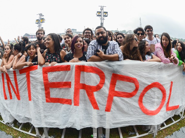 No público do Interpol no palco principal teve até faixa (Foto: Caio Kenji/G1)
