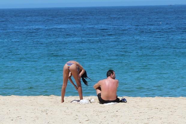 Lea T na praia (Foto: Fabio Moreno/ Photo Rio News)