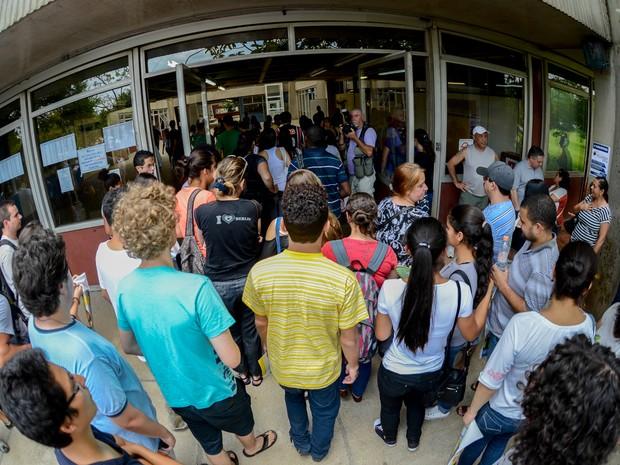 DOMINGO (5): São Paulo - Estudante corre para entrar antes do portão se fechar na Poli-USP (Foto: Flávio Moraes/G1)