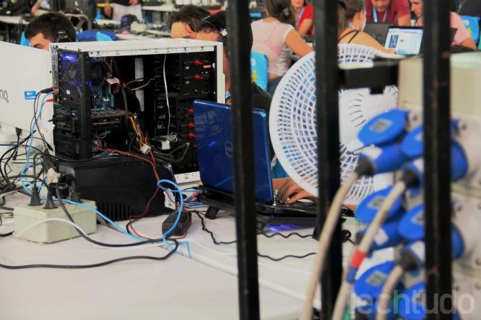 Duas visões são frequentes: fios e ventiladores. É o verão mais quente do Brasil desde 1961 (Foto: TechTudo/Renato Bazan)