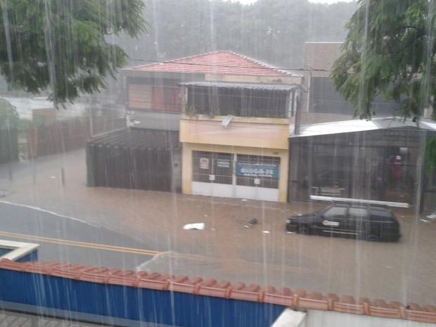 A Alameda São Caetano, na cidade de Santo André, sofreu com alagamento (Foto: Wagner Aquino/VC no G1)