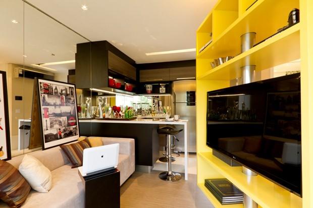 A mesma televisão é usada na sala (Foto: Divulgação)