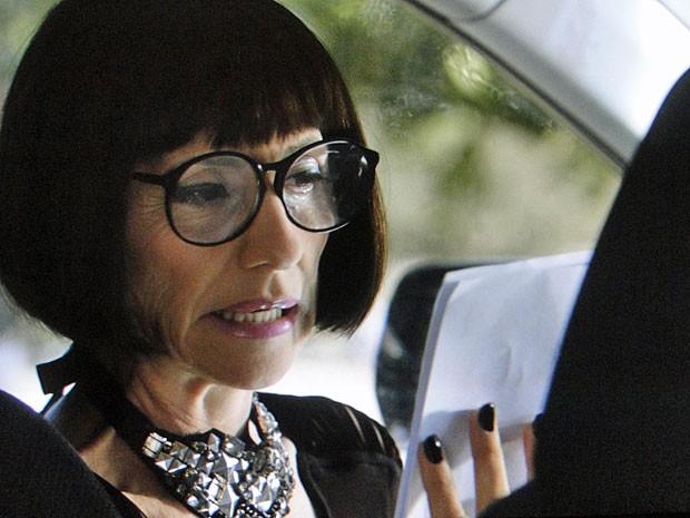 Melissa vê os exames falsos que seu capanga arrumou (Foto: Amor Eterno Amor/TV Globo)