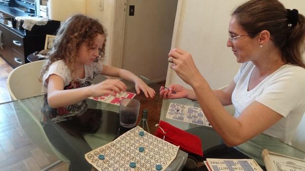 Mãe de Pietra recuperou antigos jogos para brincar com a filha em casa (Foto: Paula Menezes/G1)