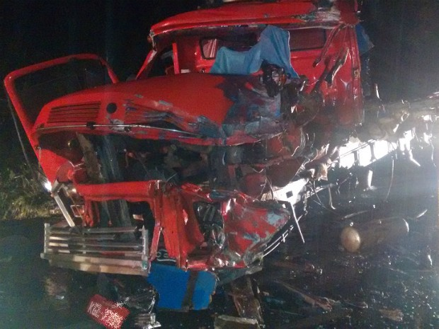 Com a batida, motorista do caminhão foi arremessado do veículo e morreu na hora, informou a PRE (Foto: PRE/Divulgação)