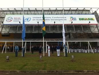 Bandeiras são hasteadas no Riocentro (Foto: Alba Valéria/G1)