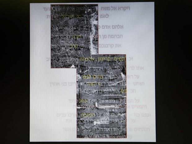 Foto mostra os textos original e o decifrado do que se acredita ser o início do livro de Levítico em pergaminhos de 1500 anos, encontrados no Mar Morto (Foto: AFP Photo/Gali Tibbon)