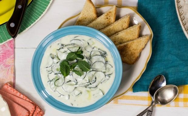 Cozinha Prtica Vero, iogurte,  tzatziki, pasta de iogurte e pepino tpica da culinria grega (Foto: Divulgao/Editora Panelinha)
