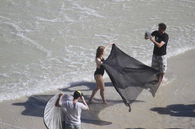 Letícia Spiller fotografa na praia (Foto: Dilson Silva / AgNews)