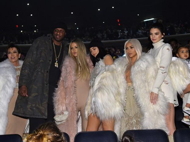 Kris Jenner, Lamar Odom, Khloe Kardashian, Kylie Jenner, Kim Kardashian, Kendall Jenner, North West e Kourtney Kardashian em desfile em Nova York, nos Estados Unidos (Foto: Jamie McCarthy/ Getty Images/ AFP)