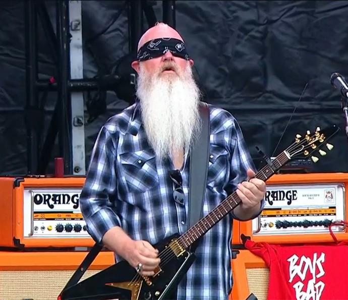 Dave Catching faz solo de guitarra com os olhos vendados (Foto: Reprodução)