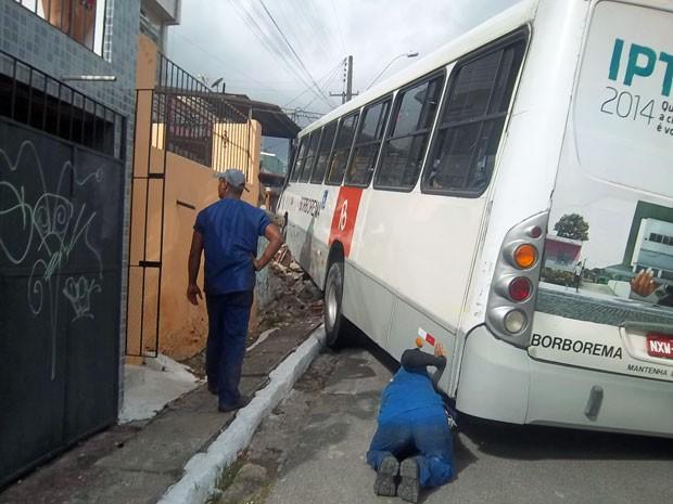 Apesar do susto, os moradores das casas atingidas não tiveram ferimentos (Foto: Mercia Correia Silva de Andrade / Acervo Pessoal)