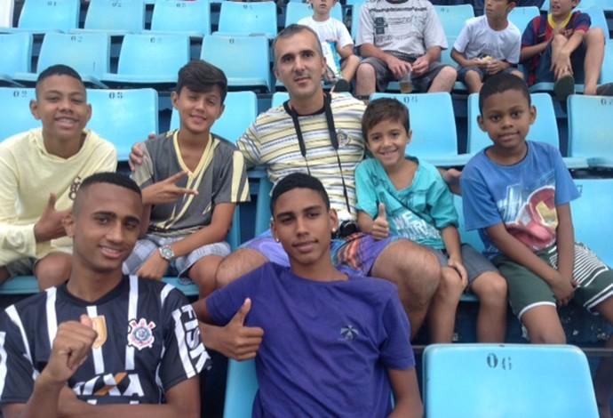 Maicon da Costa foi conferir de perto o amistoso entre amigos de Dedé e Diego Souza, em Volta Redonda (Foto: Vinícius Lima/GloboEsporte.com)