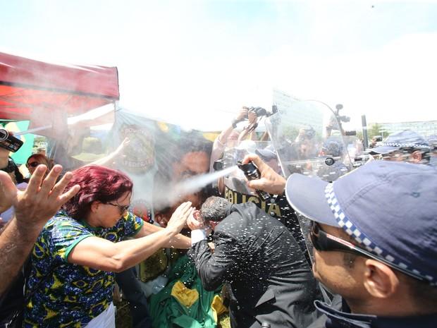 O deputado Paulo Pimenta (PT-RS) é atingido por gás de pimenta durante tumulto na Marcha das Mulheres Negras, em frente ao Congresso Nacional, em Brasília, nesta quarta-feira (Foto: André Dusek/Estadão Conteúdo)